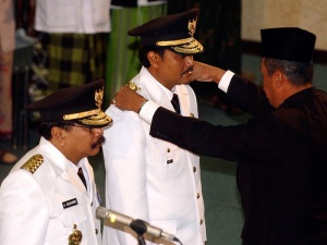 Pasangan Gubernur dan Wakil Gubernur Jatim saat dilantik oleh Mendagri