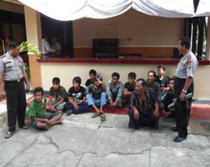 Wakapolres Bangkalan Kompol Guritno, S.Sos, MSi didampingi Kabag Ops Kompol Abdul Rokhim, SH sedang menginterogasi para pelaku premanisme